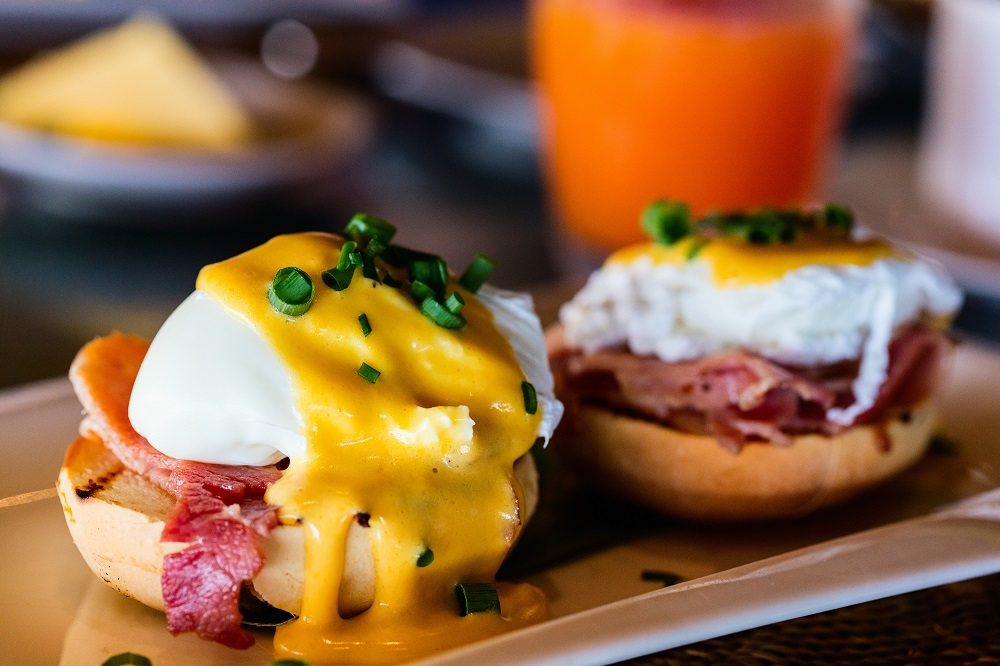 Cafe Style Cooking Eggs Benedict with Bacon